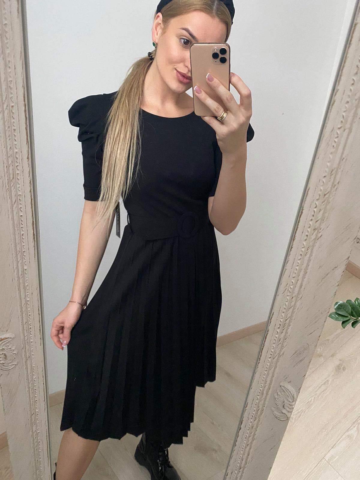 Juoda klostuota suknelė pūatom rankovėm su diržu