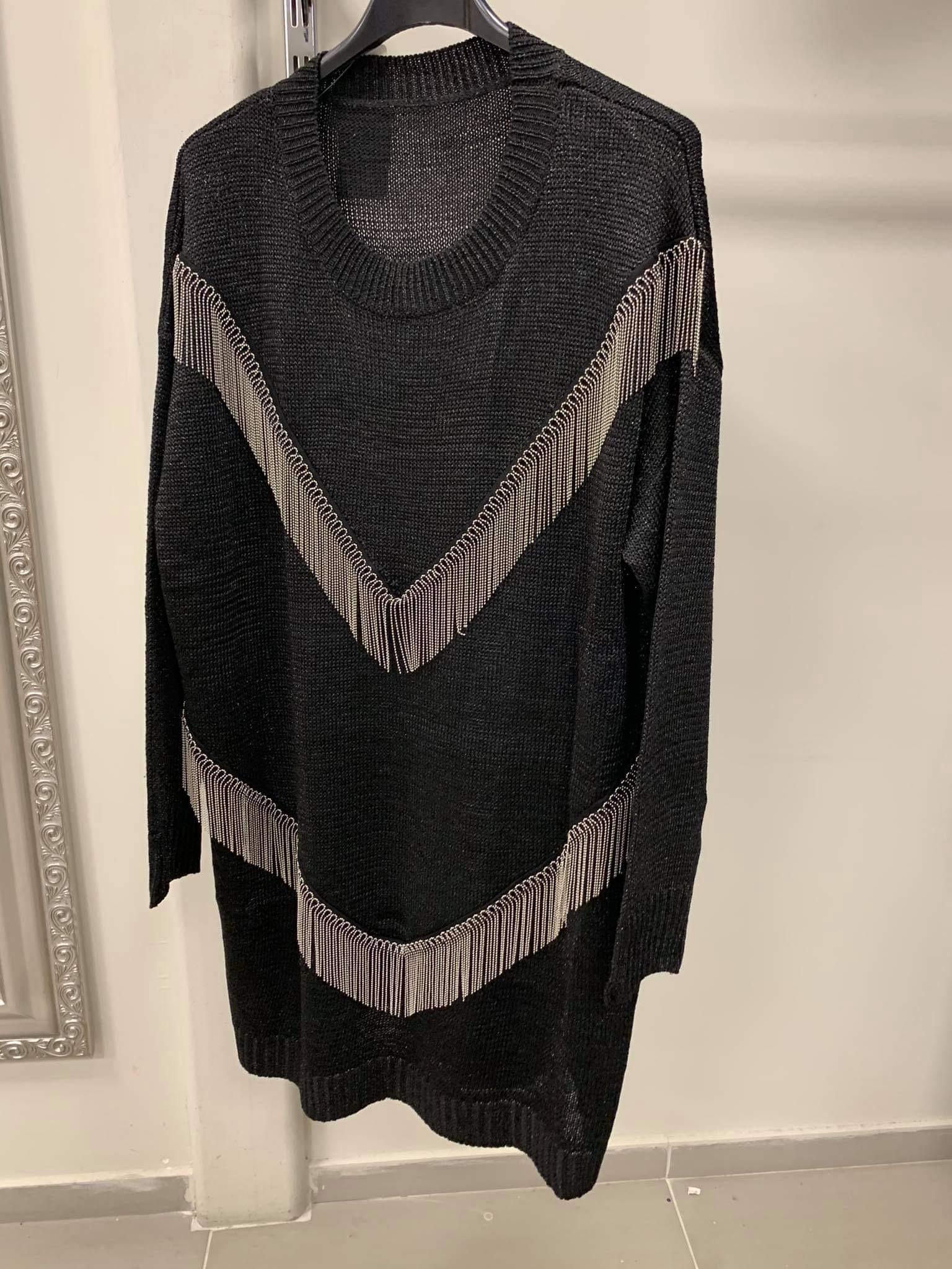 Megztinis tunika su grandinėlėmis.