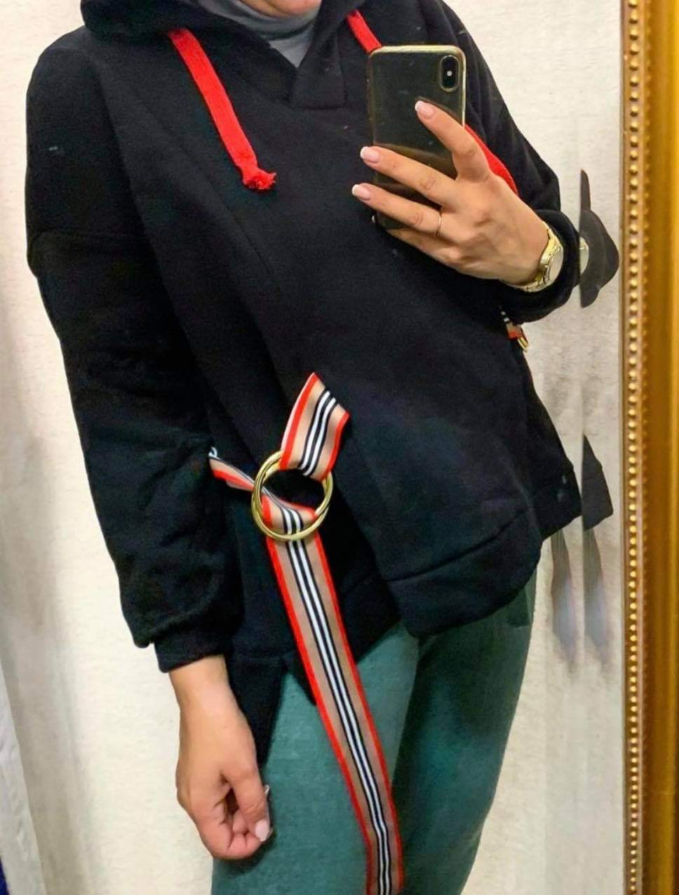 Oversized juodas džemperis su raudonais raiščiais