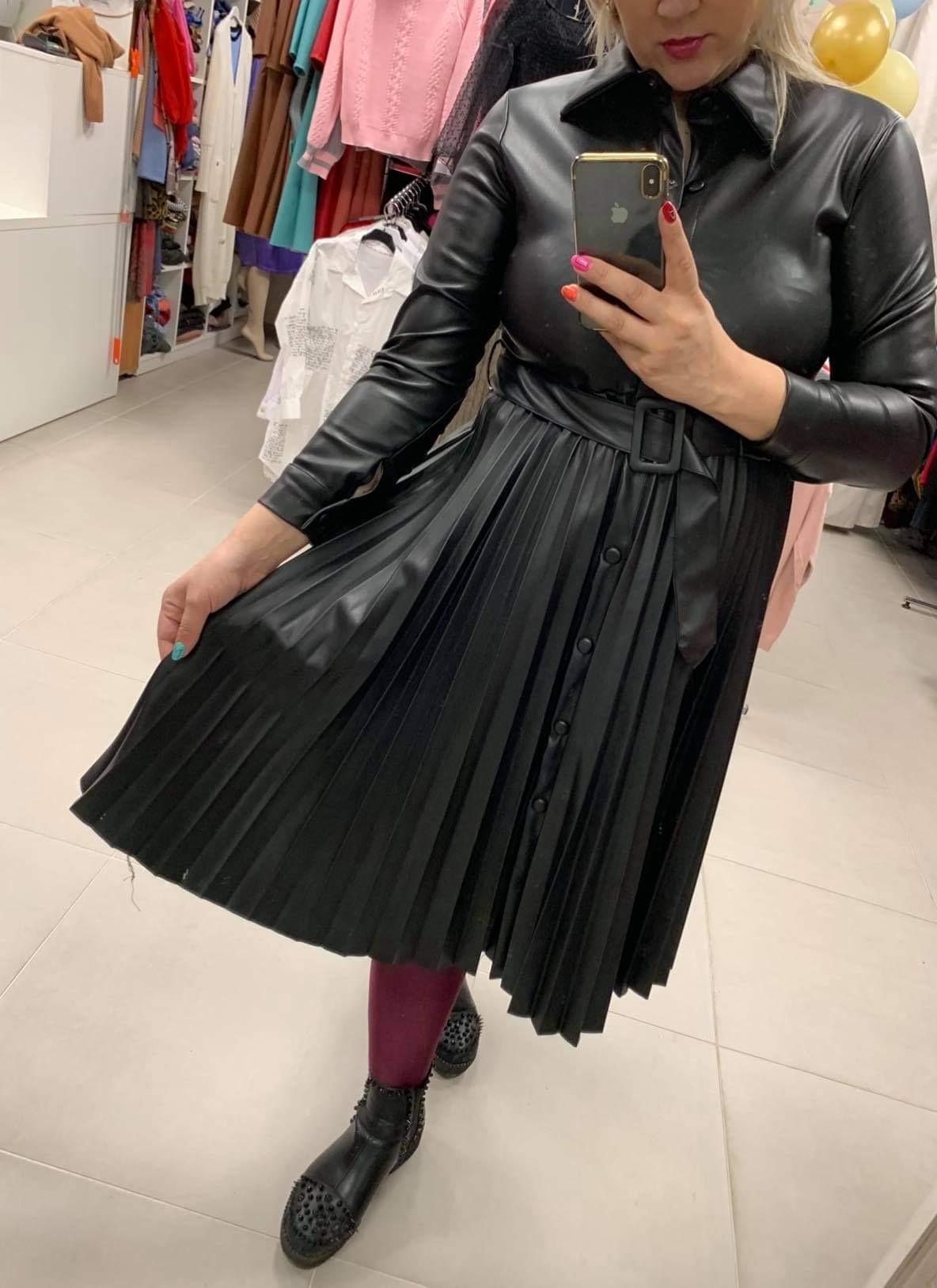 Klasikinė pusilgė klostuota eko odos suknelė