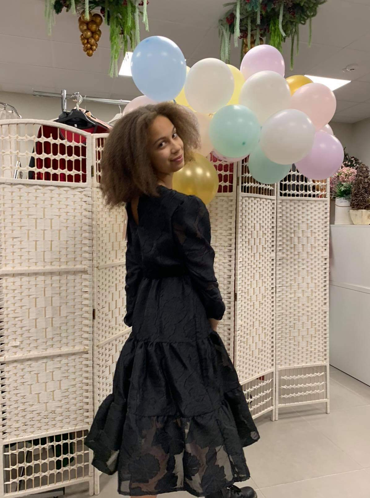 Žavi juoda suknelė su diržu.