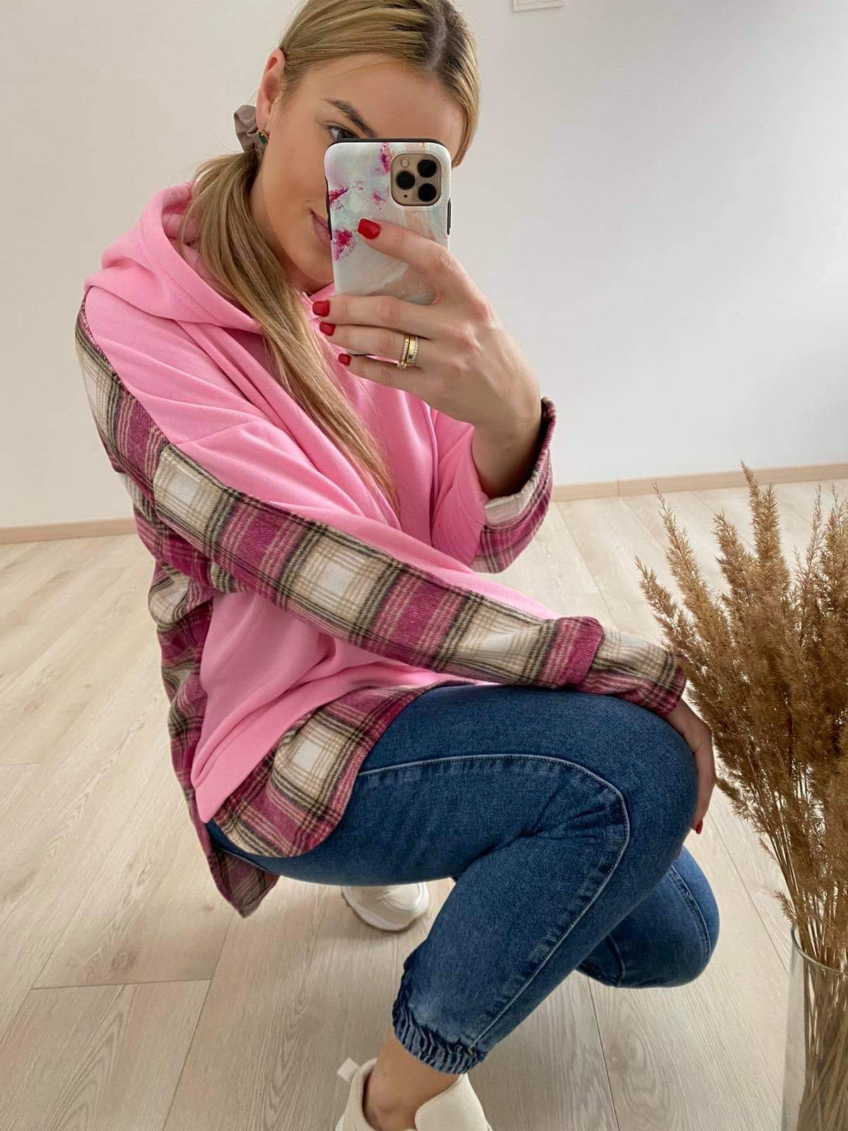 Rožinis džemperis su marškiniu imitacija