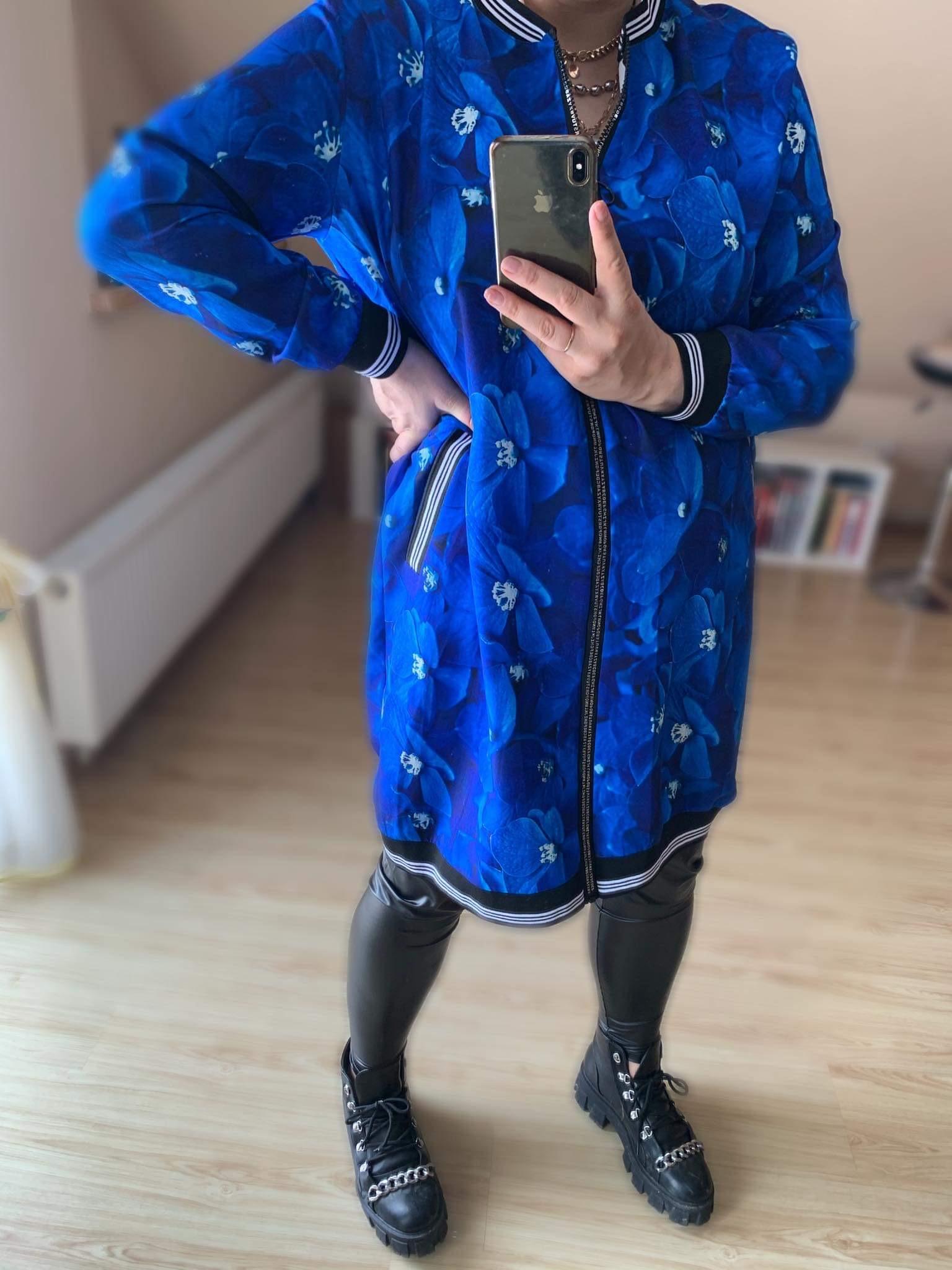 Stilingas mèlynas megztinis/kardiganas/suknelè su užtrauktuku ir drugeliais.