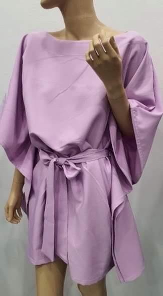 Kvadrato formos suknelè žydra su diržu
