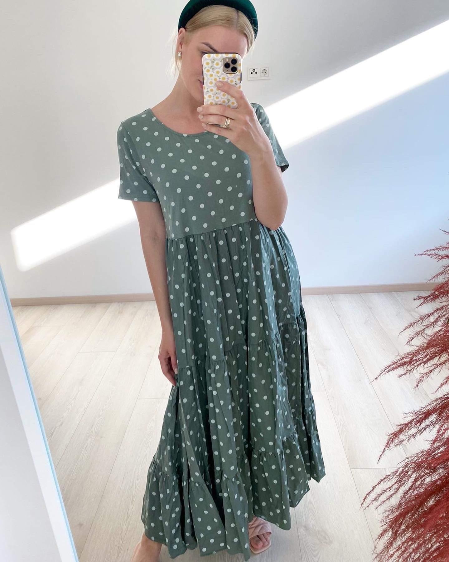 Stilinga suknelė su žirniukais