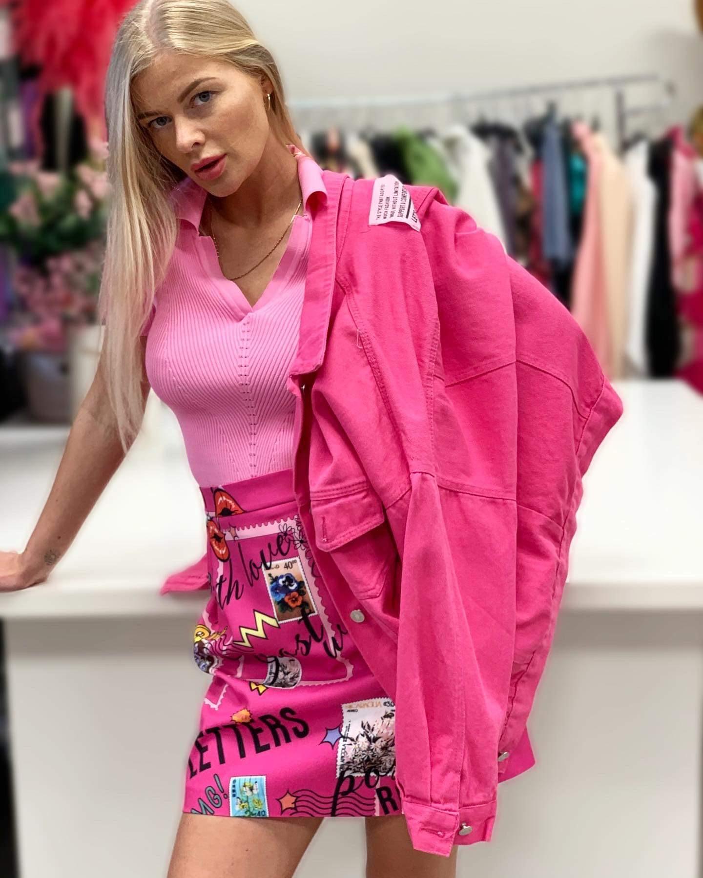 Rožinis sijonėlis su užrašais