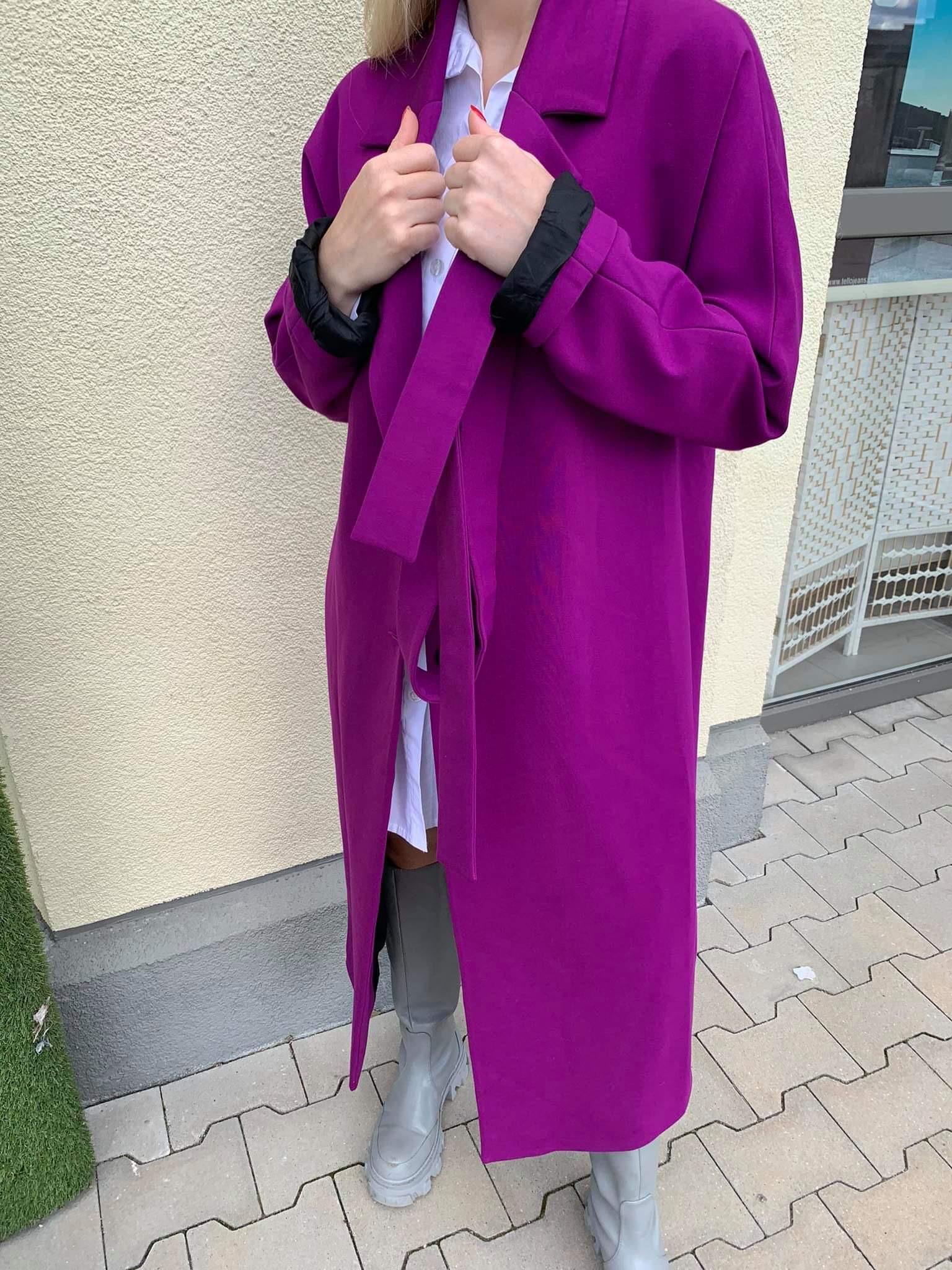 Violetinis trikotažo paltas su diržu
